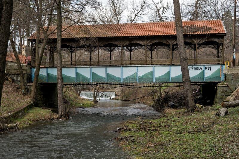 Überdachte Brücke über dem Fluss stockfoto