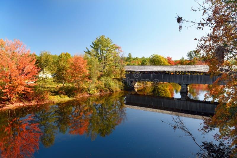 Überdachte Brücke über den Fluss als ein Merkmal amerikanischer Architektur lizenzfreies stockfoto