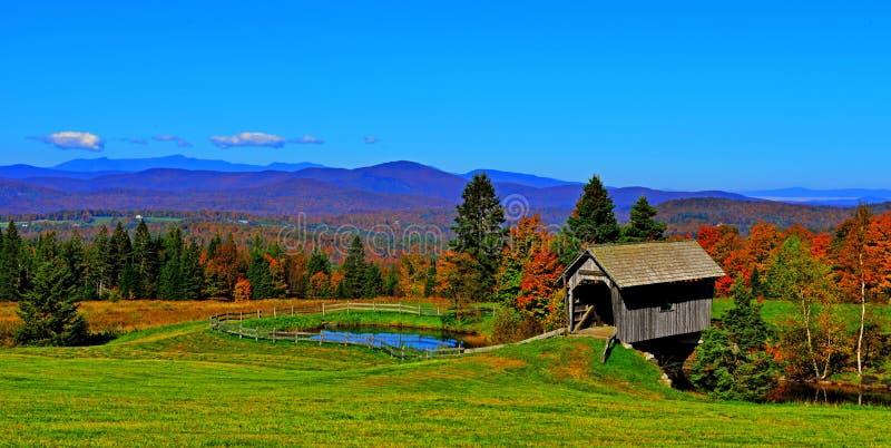 Überdachte Brücke des 19. Jahrhunderts, wenn grüne Berge von Vermont HDR gerollt werden lizenzfreie stockfotografie