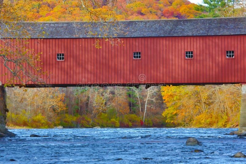 Überdachte Brücke mit dem Herbstlaub und blauem Wasser, West schließen an lizenzfreie stockbilder