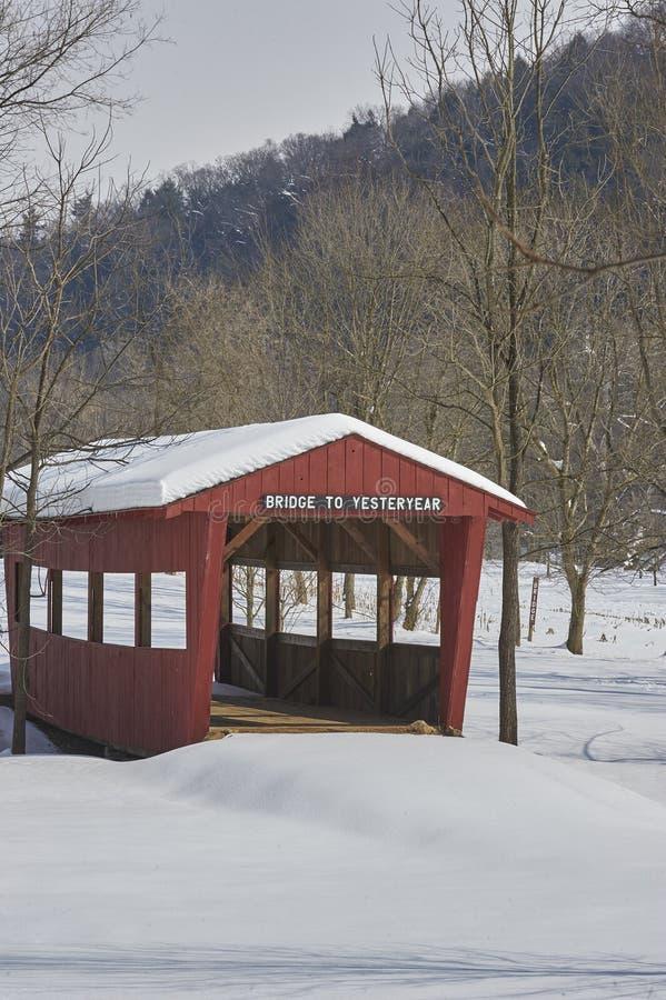 Überdachte Brücke nach Schneefall lizenzfreie stockfotografie