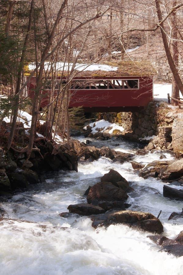 Überdachte Brücke an Southford-Fällen stockbild