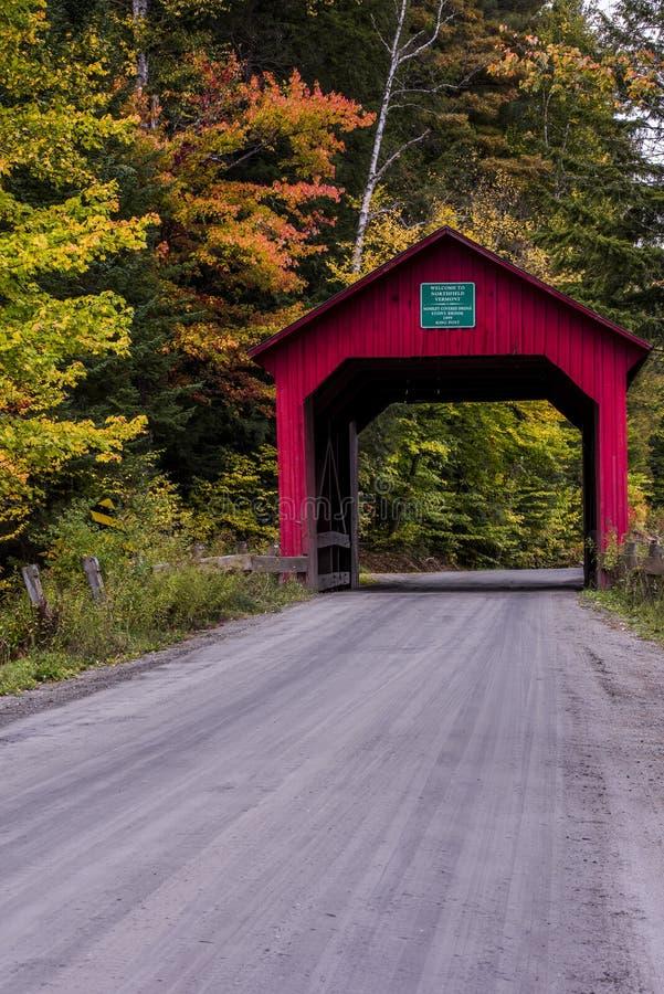Überdachte Brücke und Schotterstraße - Herbst/Fall - Vermont lizenzfreie stockfotografie