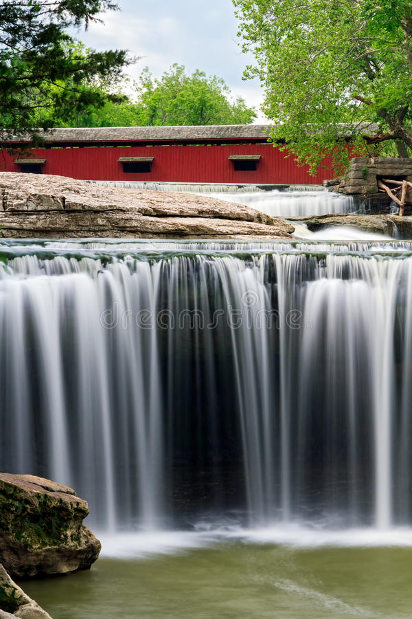 Überdachte Brücke und Wasserfall lizenzfreie stockbilder