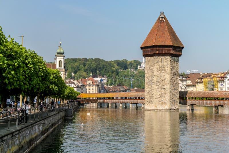 Überdachte Brücke und Wasserturm in Luzern stockbild