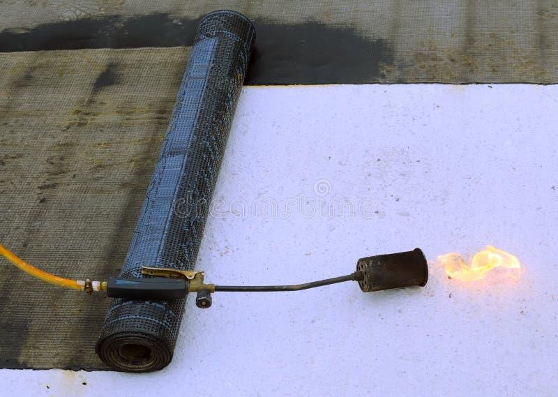 Überdachung von Filzrollen- und mit einen Fackelnschweißbrennern lizenzfreie stockbilder