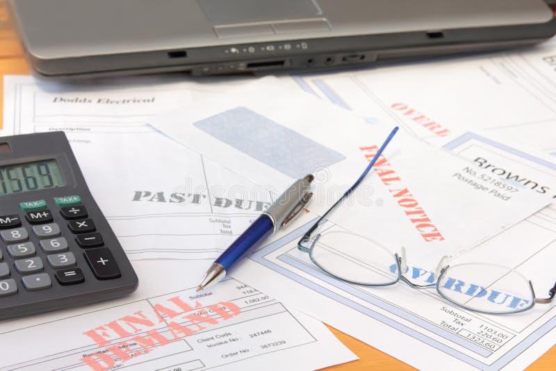 Überfällige Rechnungen mit Rechner und Laptop stockfoto