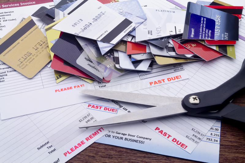 Überfällige Rechnungen, Scheren u. Schnitt-oben Kreditkarten stockfoto