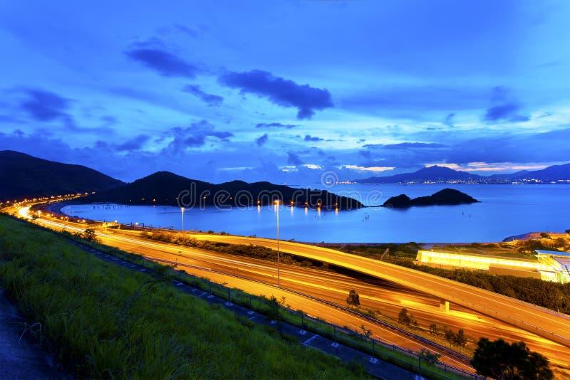Überführungslandstraße in Hong Kong nachts stockfotografie