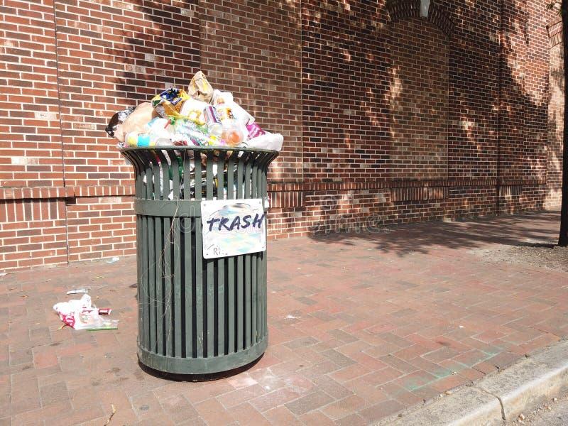 Überfüllte öffentliche Müllbehälter lizenzfreie stockbilder
