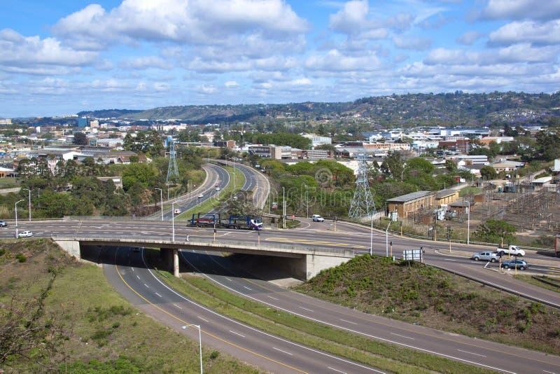 Überfahrt von Doppelweg-Landstraßen durch Industriegebiet stockfotografie