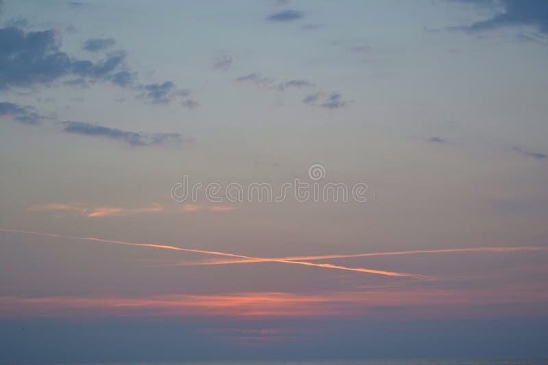 Überfahrtlinien bei dem Sonnenuntergang lizenzfreie stockfotos