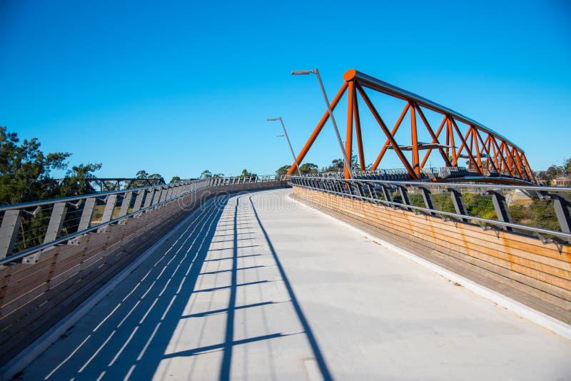 Überfahrtneue Fußgängerbrücke Yandhai Nepean bietet Wanderer und Radfahrer über dem Nepean-Fluss an lizenzfreie stockbilder