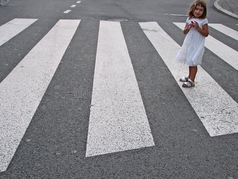Überfahrtstraße des kleinen Mädchens stockfotografie