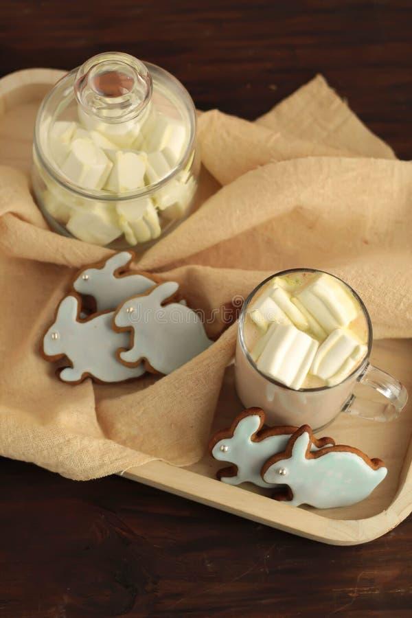 Überfallen Sie voll vom Kakao und von Hasen geformtem cookiesfull des Kakaos und von Hasen geformten Plätzchen stockfoto