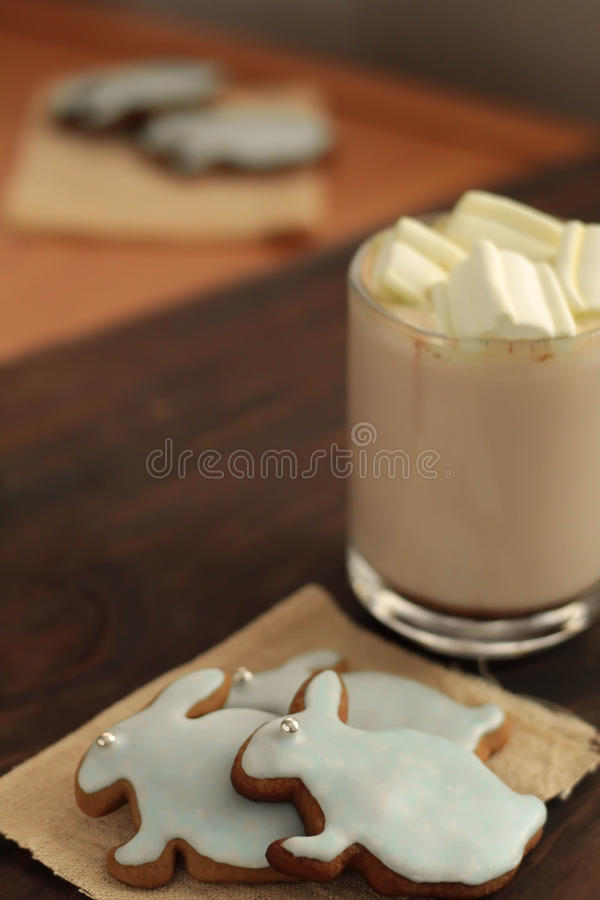 Überfallen Sie voll vom Kakao und von Hasen geformten Plätzchen stockfotos