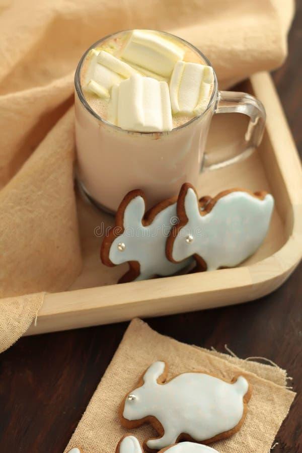 Überfallen Sie voll vom Kakao und von Hasen geformten Plätzchen voll des Kakaos und der Hasen geformten Plätzchen stockfotos