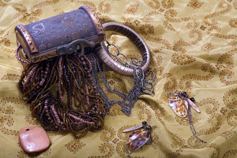 Überfließender Schatz-Kasten - Schmucksachen, Armband stockbild