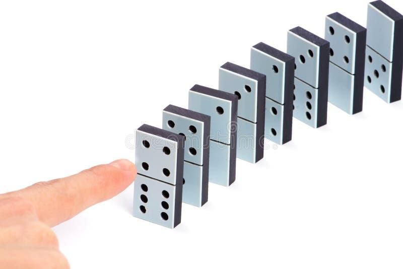 Übergeben Sie betriebsbereites, Dominostücke zu drücken stockbild