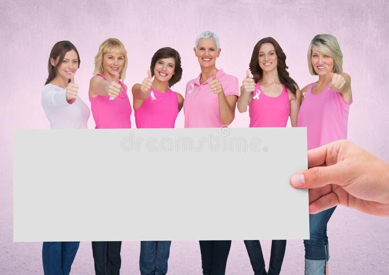 Übergeben Sie das Halten der Karte mit rosa Brustkrebs-Bewusstseinsfrauen lizenzfreies stockbild