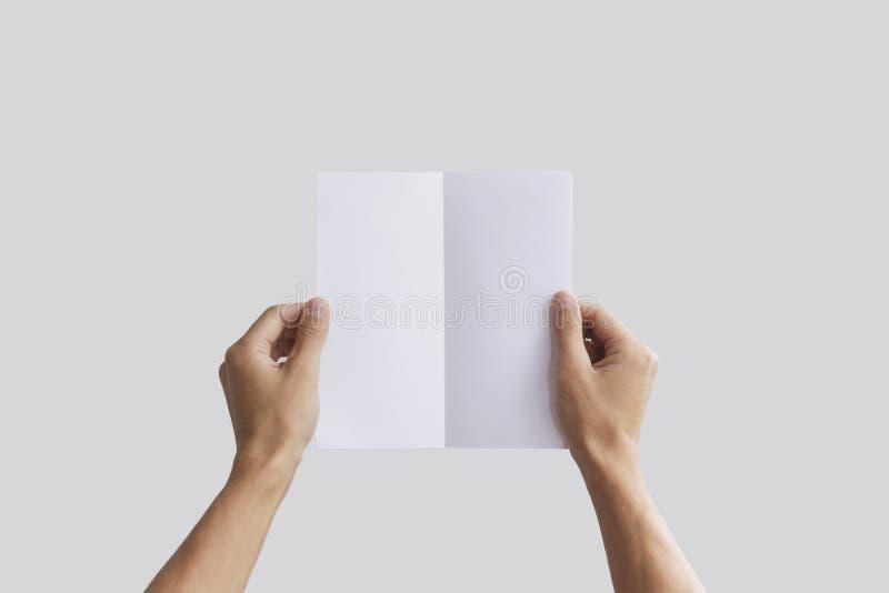 Übergeben Sie das Halten der leeren Broschürenbroschüre in der Hand Broschürendarstellung Flugschrifthandmann Mannshow-Offsetpapi lizenzfreies stockbild
