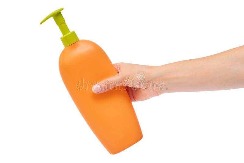 Übergeben Sie das Halten der Shampooflasche lokalisiert auf weißem Hintergrund stockfoto
