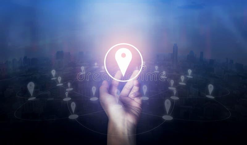 Übergeben Sie das Halten der Standortstiftkartenikone und der Network Connection auf Stadt des Schirmes lizenzfreie stockbilder