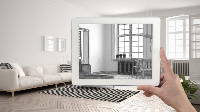 Übergeben Sie das Halten der Tablette, die Wohnzimmerskizze zeigt oder das Zeichnen real lizenzfreies stockfoto
