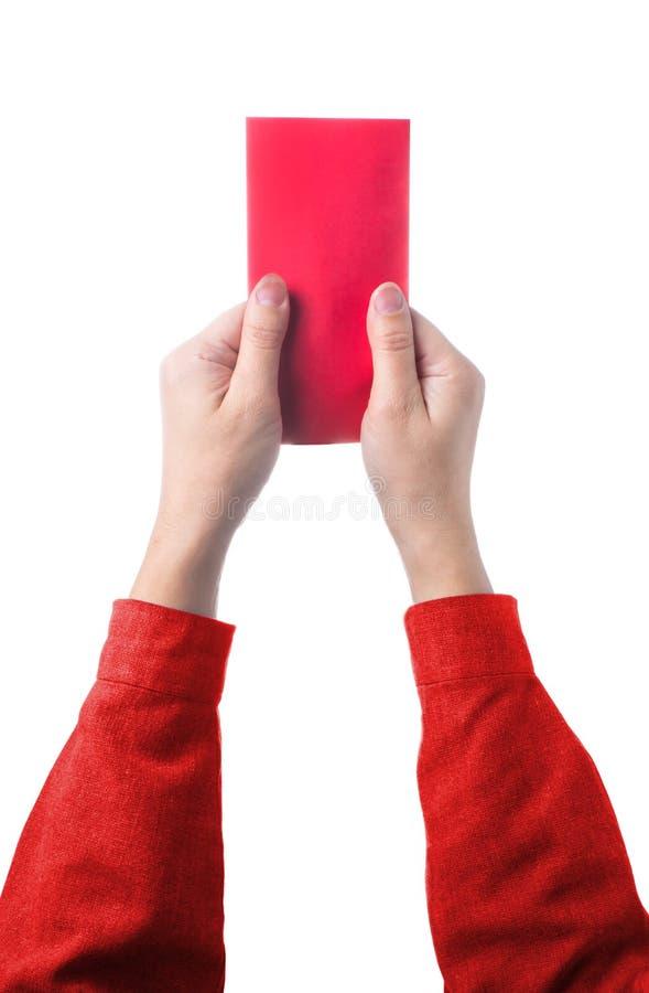 Übergeben Sie das Halten des chinesischen roten Umschlags lokalisiert auf weißem Hintergrund lizenzfreie stockfotografie