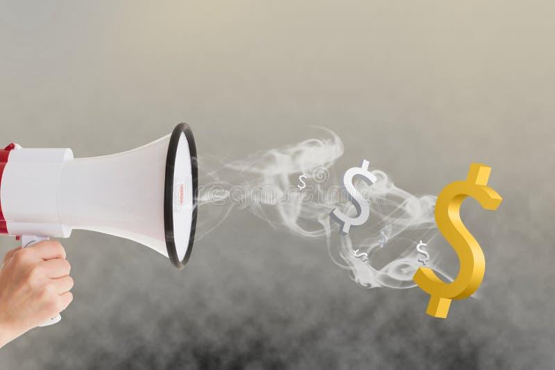 Übergeben Sie das Halten des Megaphons mit Dollarzeichen und des Rauches, der herauskommt stockfoto