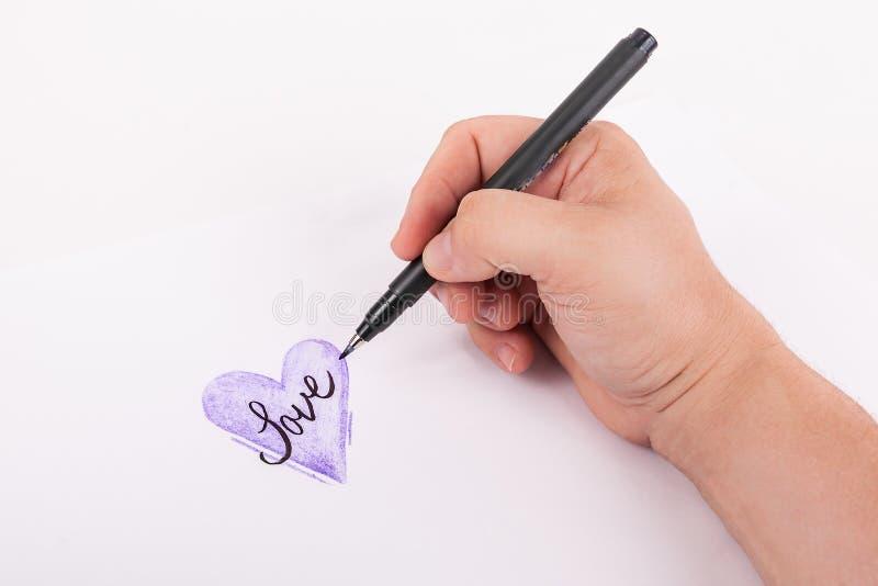 Übergeben Sie das Halten eines Künstlerschwarz-Tintenstiftes Hand skizziertes Purple Heart auf weißem Hintergrund stockfoto