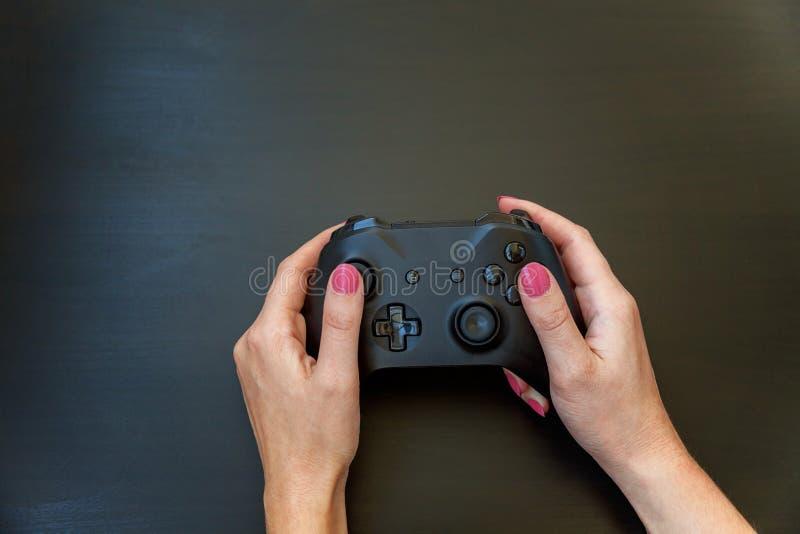 Übergeben Sie das Halten schwarzen Steuerknüppel gamepad auf schwarzem Hintergrund lizenzfreies stockfoto