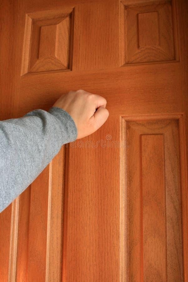 Übergeben Sie das Klopfen an der Tür. stockfotografie