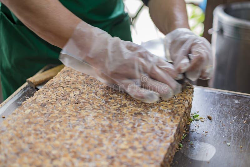 Übergeben Sie das Lassen der traditionellen Erdnuss Eiscreme pulverisieren lizenzfreie stockfotos