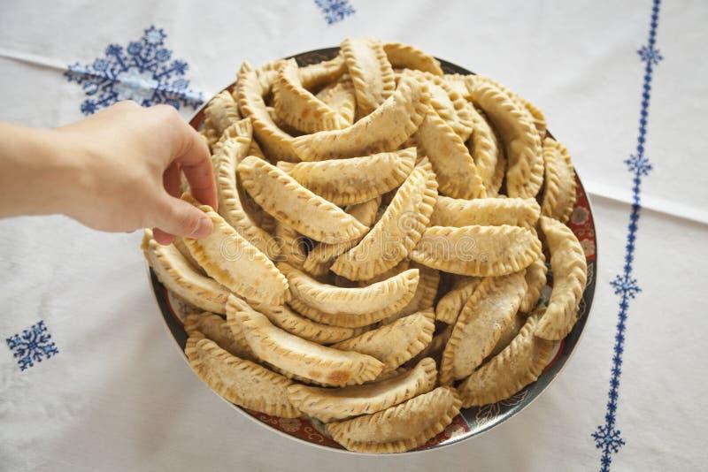 Übergeben Sie das Nehmen eines Bonbons von einer Platte mit Marokkaner Kaab stockfoto