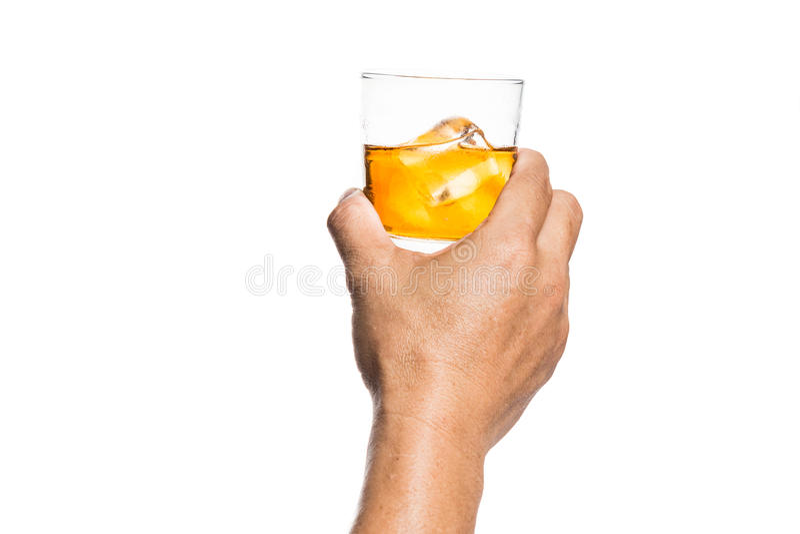 Übergeben Sie das Rösten des Whiskys auf dem Felsen mit weißem Hintergrund lizenzfreie stockbilder