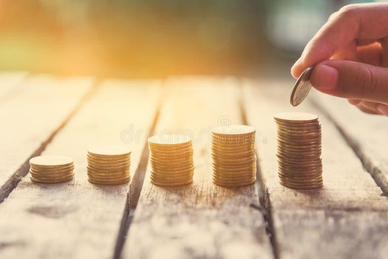 Übergeben Sie das Setzen der Geldmünze auf jede Linie, die - das Geschäft steigt, das MO spart stockbild