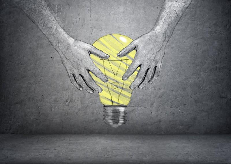 Übergeben Sie die gezogenen Hände des Mannes helle gelbe Glühlampe auf konkretem Hintergrund halten lizenzfreies stockfoto
