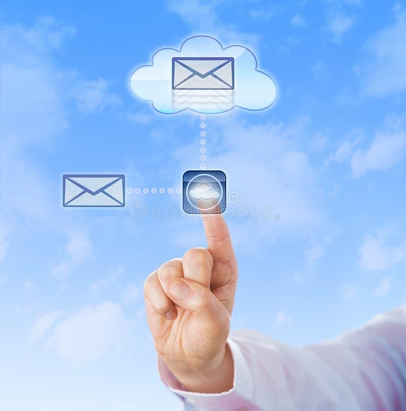 Übergeben Sie die Kopie eines Dokuments in die Wolke stockbild