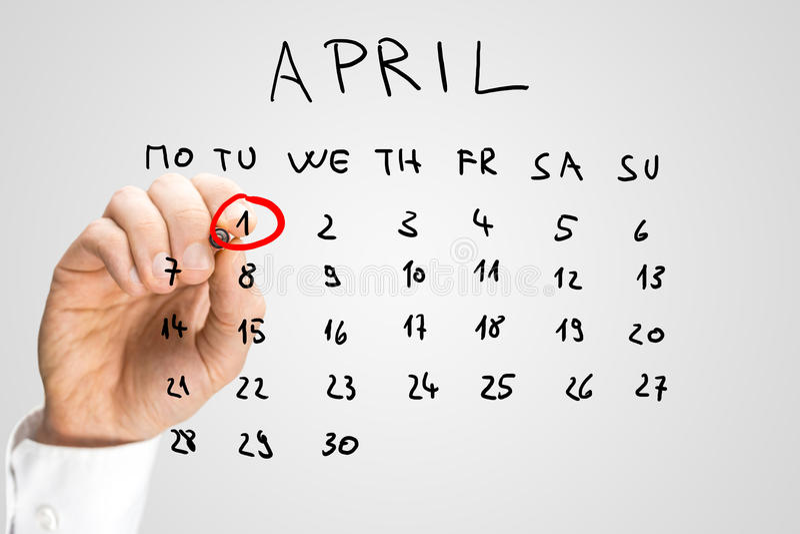 Übergeben Sie gezogenen April-Kalender mit dem ersten beringten stockfotografie