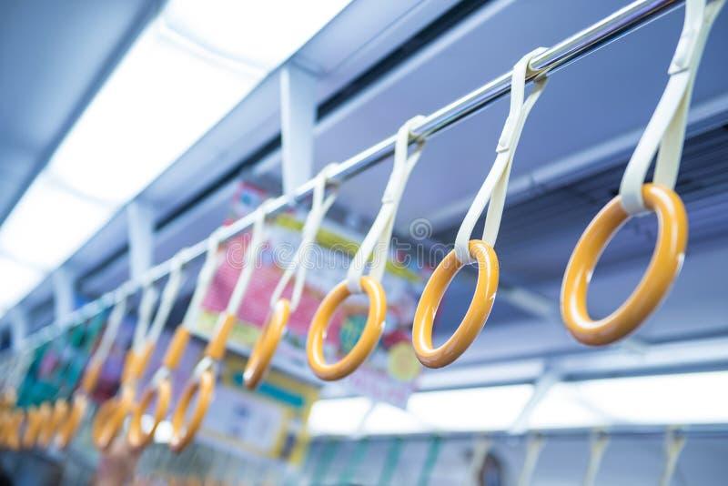 Übergeben Sie Griff für Passagiere in der allgemeinen Untergrundbahn stockfoto