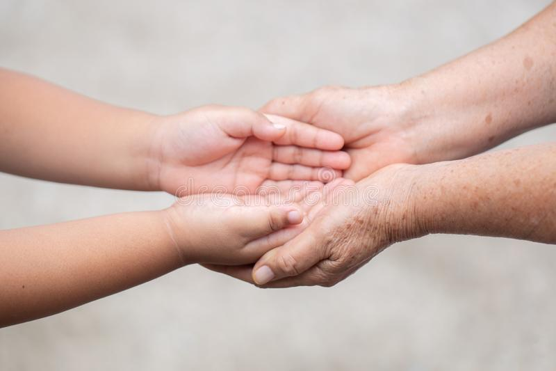 Übergeben Sie Griffmutter Konzept-Liebe den Geber von Müttern mit Kindern auf unscharfer Hintergrundnatur lizenzfreie stockbilder