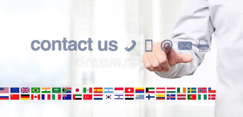 Übergeben Sie Notenbildschirmanzeige mit globalem in Verbindung treten mit uns Konzepttext, f lizenzfreies stockfoto