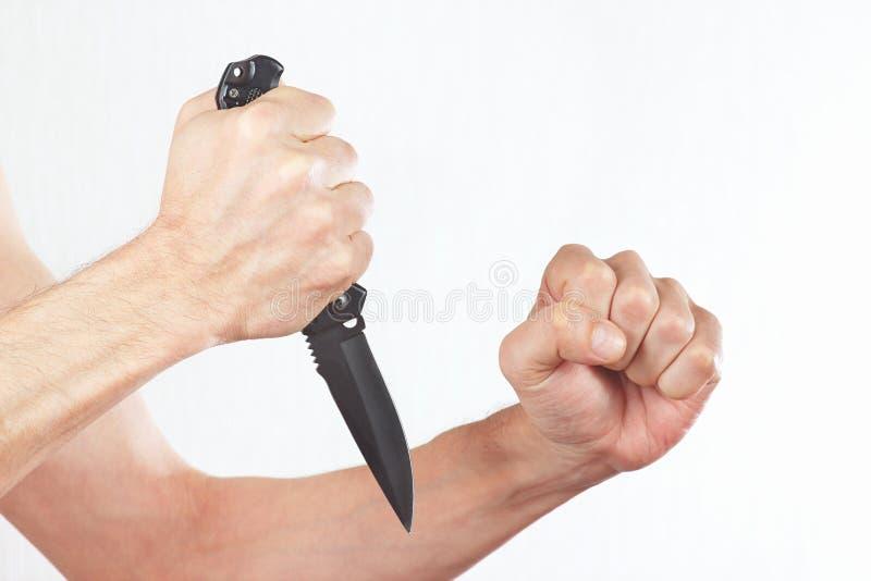 Übergeben Sie Position zum Angriff mit einem Kampfmesser stockfotografie