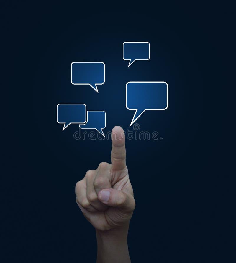 Übergeben Sie Punkt zu den Sozialchatzeichen- und -spracheblasen auf blauem backgr stockbilder