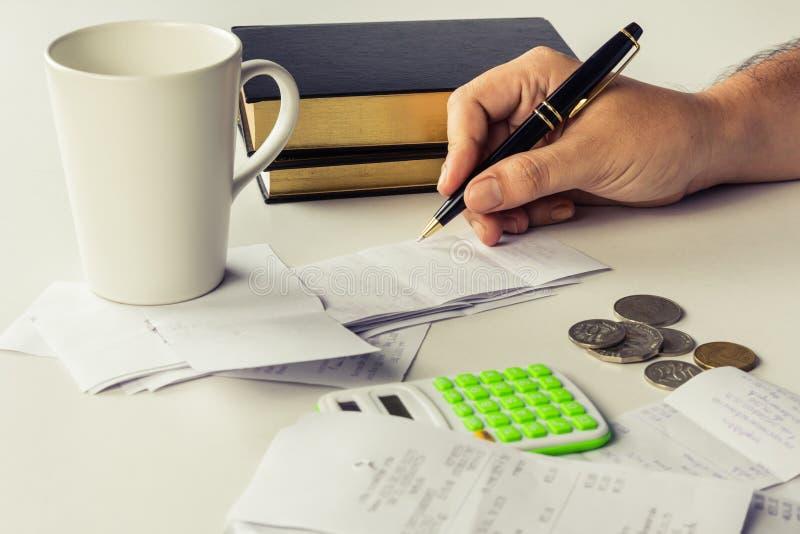 Berechnen Sie Rechnungen lizenzfreie stockfotos