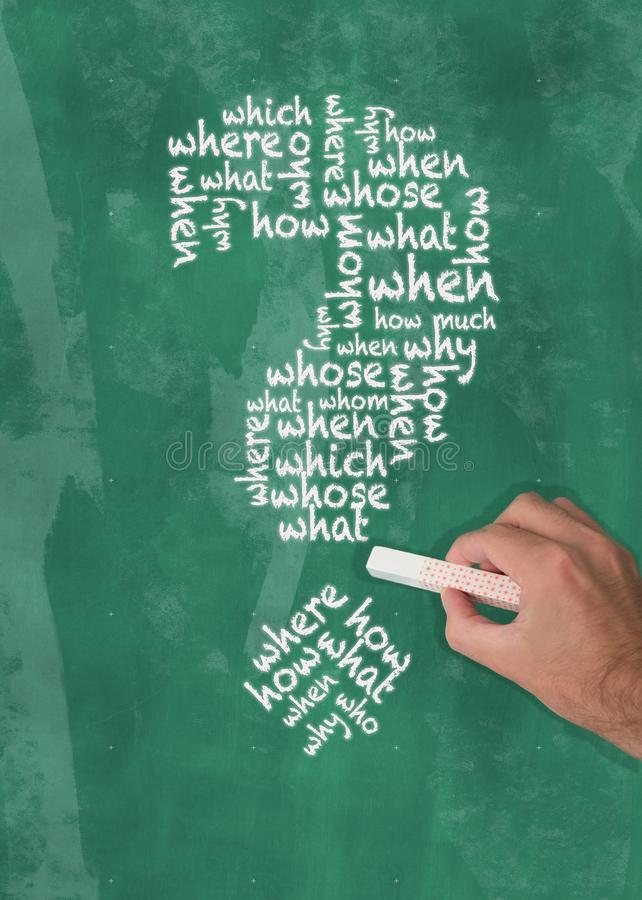 Übergeben Sie Stück Kreideschreibensfrageworte des Fragezeichens auf Tafel in Form halten lizenzfreies stockfoto
