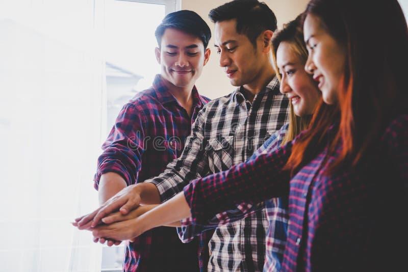 Übergeben Sie zusammen im Geschäftstreffen für Teamkonzept stockbilder