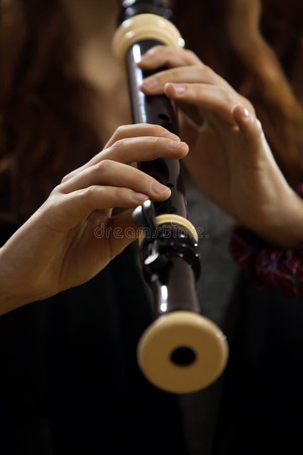 Übergibt das Mädchenspielen des Recorders lizenzfreie stockbilder