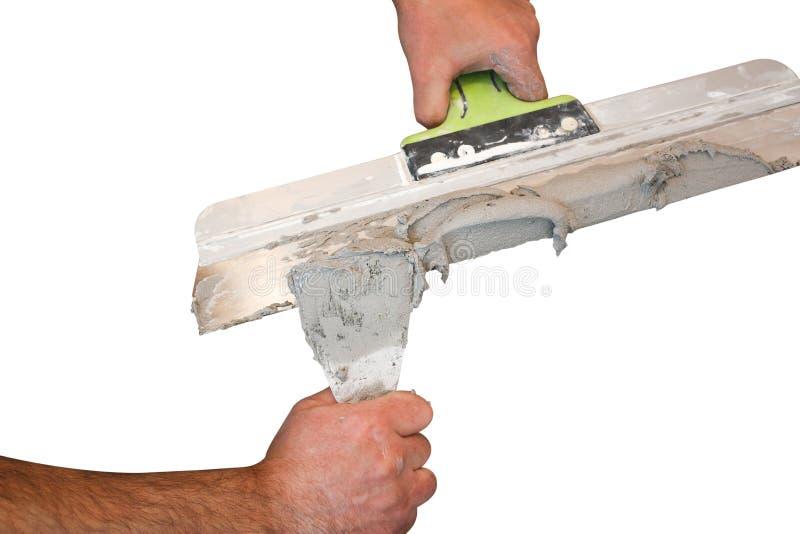 Übergibt Gipser bei der Arbeit Anwendung des Gipses auf der Wand stockbild